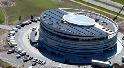 KlimaEnergi har leveret og monteret solcelleanlæg på Danmarks største erhvervsaktive passivhus Syd Energi, Hovedkvarter: 305 kWp (Referencebillede fra hoffmann.dk)