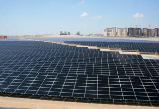 350 MW solcelleanlæg i Abu Dhabi. El pris 16 øre pr kWh