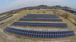 Solenergi fra solcelleanlæg på bar mark