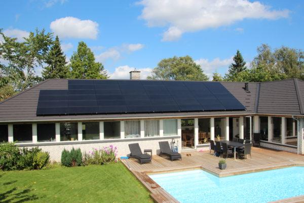 Villa med pool og solceller